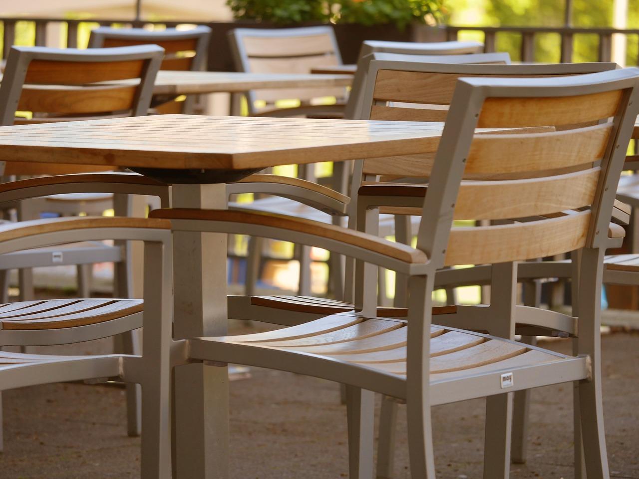 Białe stoły i krzesła do jadalni. Białe meble – wygląd i praktyczność. Białe stylowe meble do sypialni
