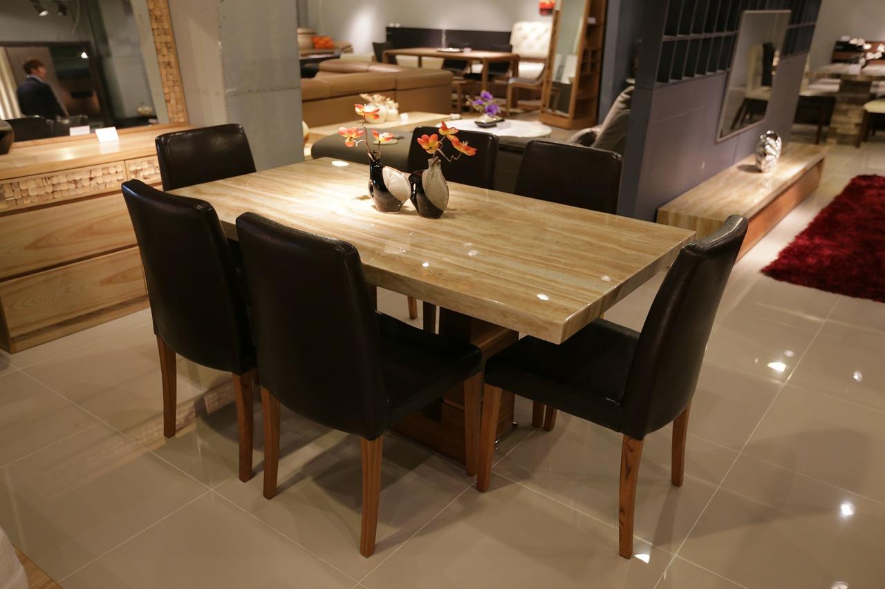 Aranżacja stołu w salonie. Stół w jadalni: jaki wybrać? Jadalnie stoły i krzesła