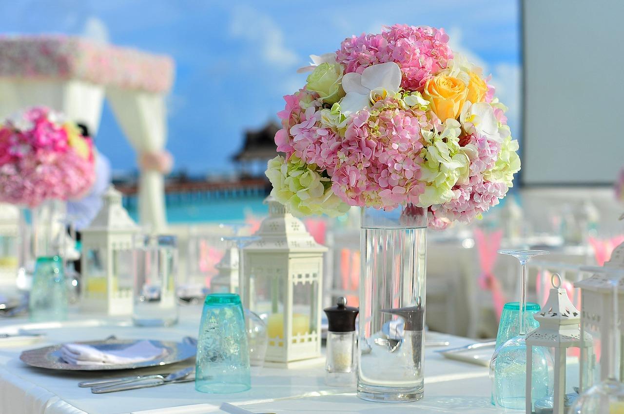 Dekoracje na stół pary młodej. Jak udekorować salę weselną? Dekoracje z owoców na stół weselny
