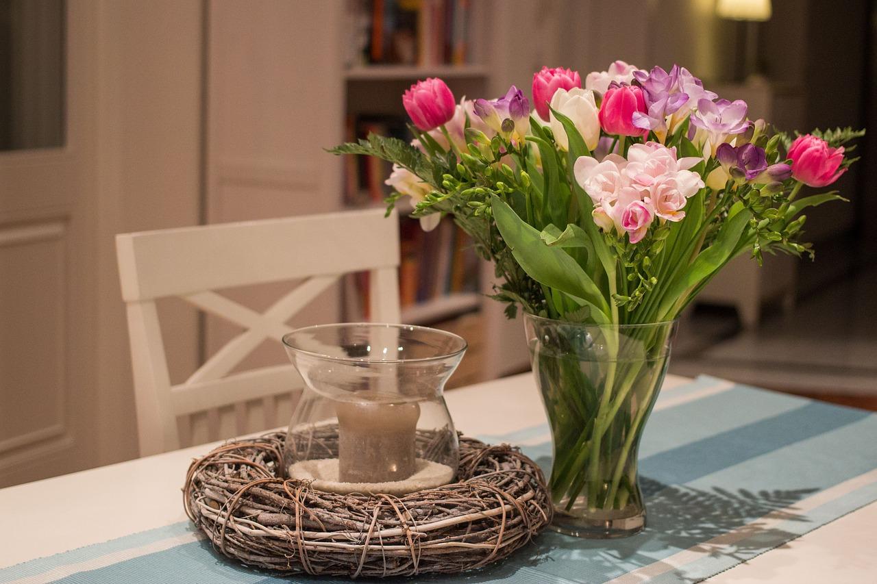 Jak pięknie udekorować stół? Dekoracja stołu na co dzień
