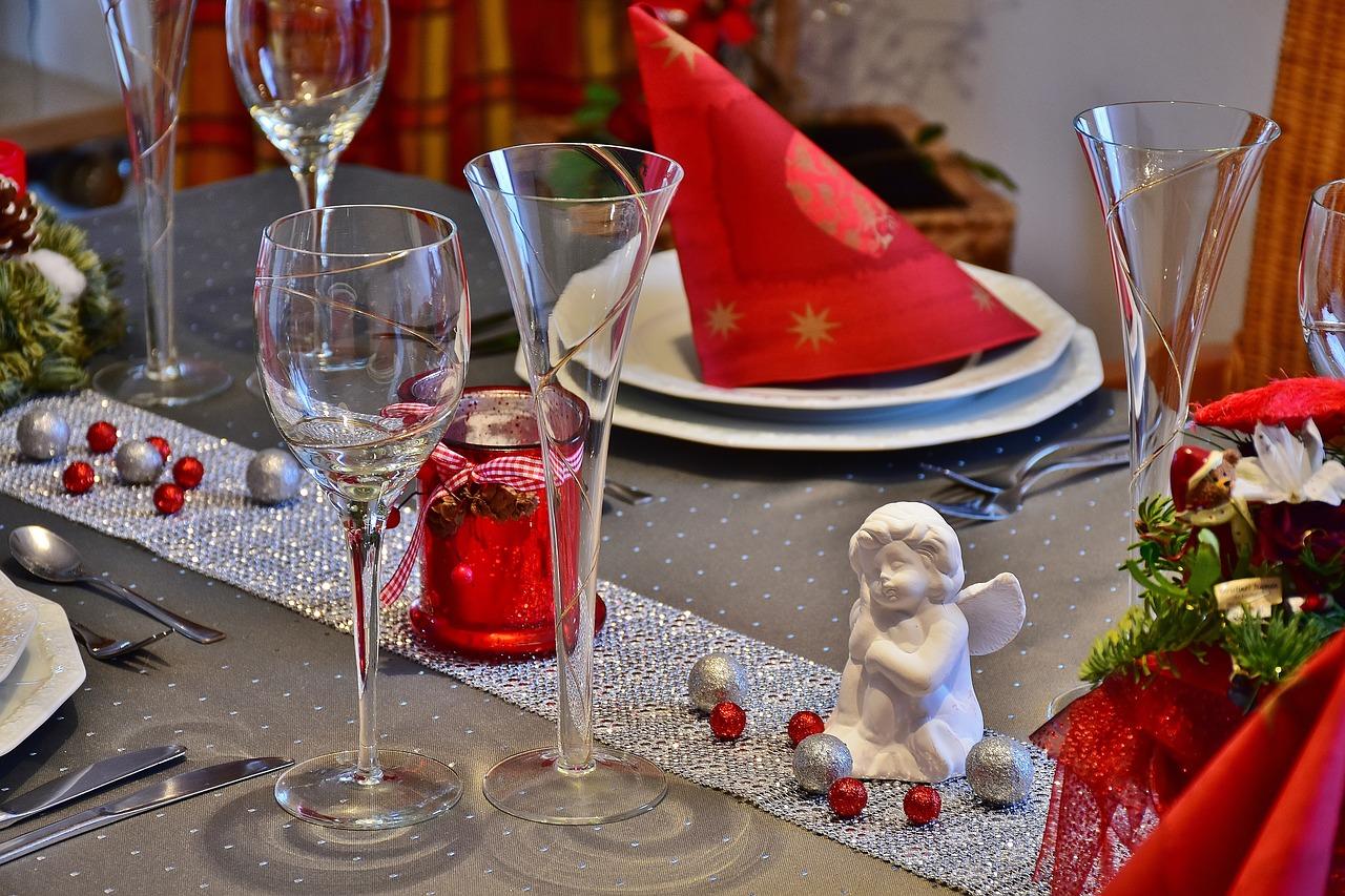 Dekoracje na stół w jadalni. Proste i efektowne dekoracje stołu dla każdego – dekoracje na stół z serwetek papierowych