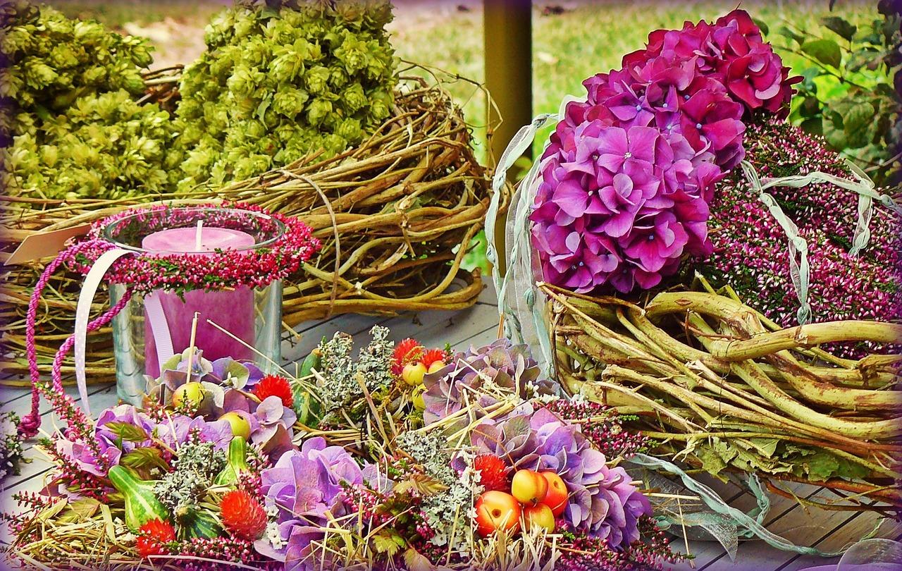 Jesienne dekoracje na stół. Jesień za oknem, jesień na stole – jak wykonać piękne ozdoby sezonowe? Ozdoby na stół zrób to sam