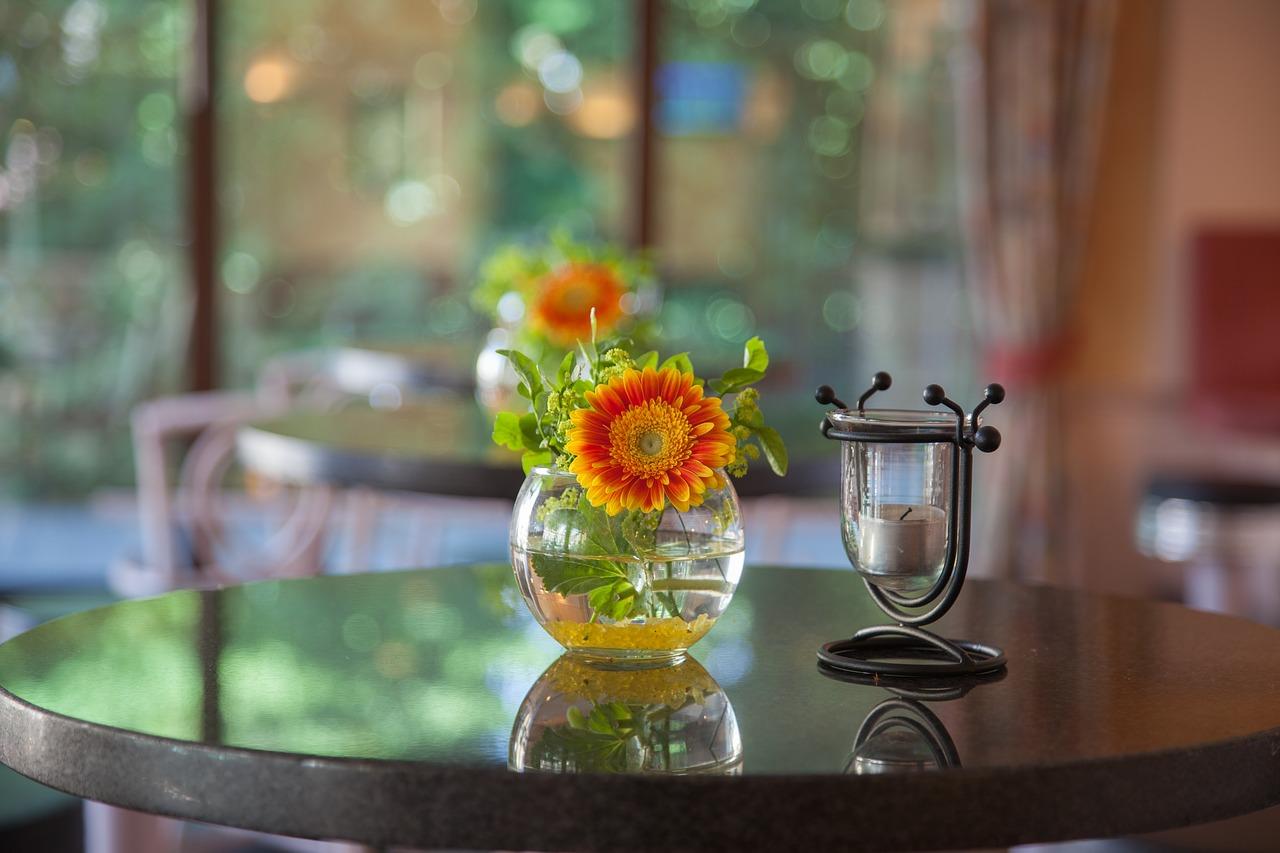 Dekoracje na stół w szkle. Szkło jako główny element dekoracji stołu – dekoracje na stół w kielichu