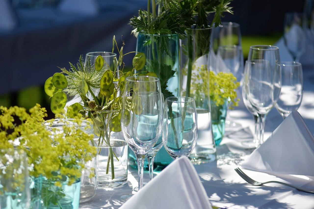 Dekoracje stołu na studniówkę. Jak stworzyć piękną oprawę studniówki? Papierowe dekoracje na stół
