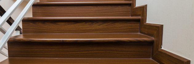 Drewniane schody – jaki materiał wybrać? Schody wewnętrzne betonowe obłożone drewnem.